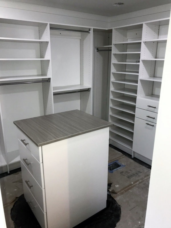 WALK IN CLOSET WHITE WITH ISLAND MODERN DRAWERS TOE KICK